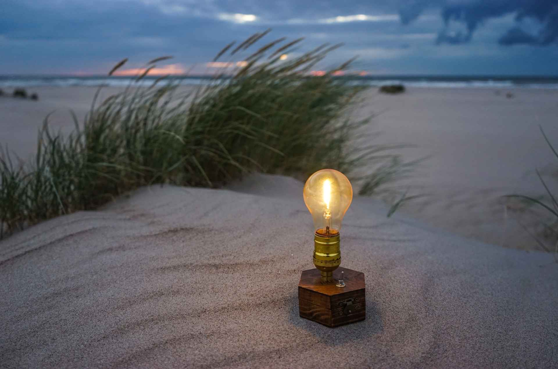 TIMEBULB-wireless-charging-cordless-lamp-hawaii-seaside-beach-picnic-sunset-dinner-party-pacific-ocean-carribean-sea-outdoors-garden-terrace-glamping-camping-edison-tent-bbq-event-design-decoration glamping-gadgets-vintage-cordless-wireless-charging-lamp-picnic-picknick-outdoor-camping-trekking-tent-#clamping-trends-2020-2021-roadtripping-beach-park-hiking-winepicnic-brotzeit-sunset #chicnic #picnic #glamping #camping #date #romanticdate #candlelight #candlelights #candlelightdate #candlelightdinner #travel #travelgadgets #outdoors #picniclamp #winepicnic #vesper #brotzeit #oktoberfest #timebulb #timebulbmoment #timebulbdinner #wedding #wedding2021 #weddingdecor #weddingtrends #wirelesslamp #cordlesslamp #tilmannschlootz #trends2021 #designtrends2021 #productdesign #tentlamp #gourmetpicnic #tabledecoration #tablelamp #festival #festivalstyle #festivals2020 #bohostyle #vtg