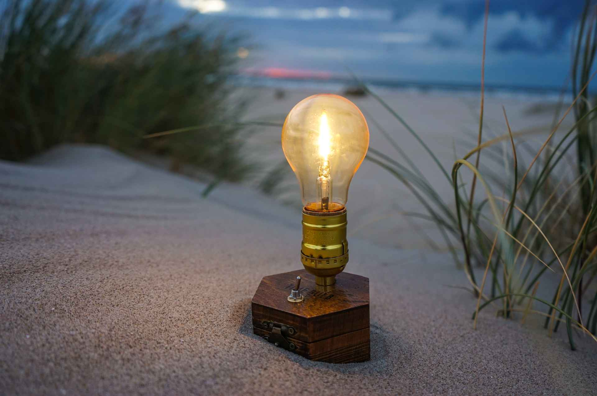 TIMEBULB-wireless-charging-cordless-lamp-pacific-ocean-carribean-sea-hawaii-seaside-beach-picnic-sunset-dinner-party-outdoors-garden-terrace-glamping-camping-edison-tent-bbq-event-design-decoration glamping-gadgets-vintage-cordless-wireless-charging-lamp-picnic-picknick-outdoor-camping-trekking-tent-#clamping-trends-2020-2021-roadtripping-beach-park-hiking-winepicnic-brotzeit-sunset #chicnic #picnic #glamping #camping #date #romanticdate #candlelight #candlelights #candlelightdate #candlelightdinner #travel #travelgadgets #outdoors #picniclamp #winepicnic #vesper #brotzeit #oktoberfest #timebulb #timebulbmoment #timebulbdinner #wedding #wedding2020 #weddingdecor #weddingtrends #wirelesslamp #cordlesslamp #tilmannschlootz #trends2020 #designtrends2020 #productdesign #tentlamp #gourmetpicnic #tabledecoration #tablelamp #festival #festivalstyle #festivals2020 #bohostyle #vtg